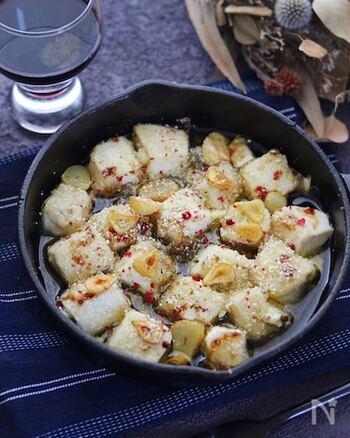 サクッカリッ食感が楽しいヘルシーな豆腐のアヒージョ。具材はシンプルですが、ニンニクの香りで食欲もアップしお箸が止まりません。揚げ出し豆腐のアヒージョのような味わいでワインとも相性ピッタリですよ。