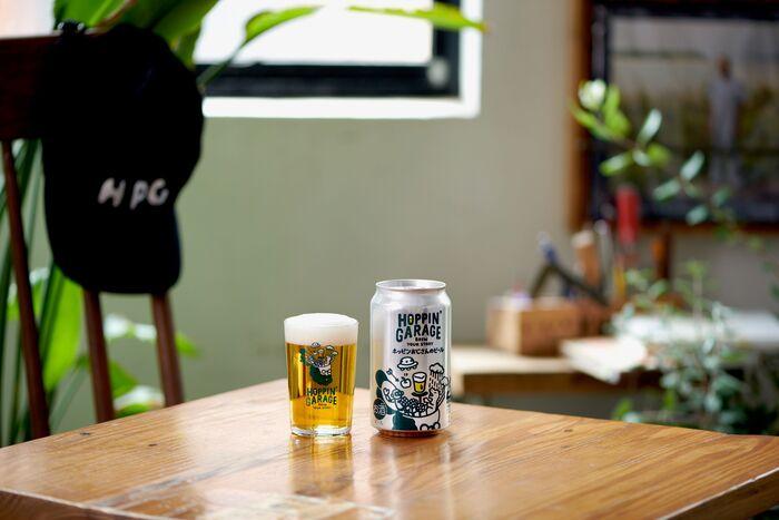 「HOPPIN' GARAGE」のフラッグシップビールである「ホッピンおじさんのビール」。個性的で多彩なアロマが特徴のモザイクホップが使用され、コリアンダーシードが香りを引き立ててくれています。飲むたびにマンゴー、柑橘、ベリー、ハーブなど新しい味わいを感じることができ、「HOPPIN' GARAGE」がビールづくりにおいて大切にしている「多様性」を感じられるビールです。