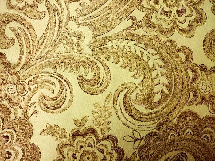 どこかゴージャスな印象のあるストレートタイプは、素材も高級感やハリのある素材がお似合いです。クラシカルなチェック柄や光沢のあるレザー素材なども、華やかに着こなせますよ。
