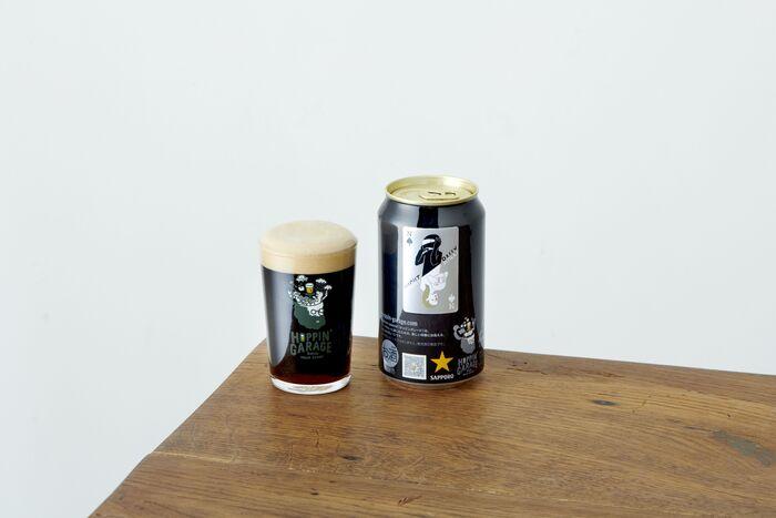 「人生は裏切りがあるから、面白い」をテーマにしたビール「NIGHT RALLY」。すっきりとした黒ビールをベースに、ベルギーのクリークを思わせるチェリーの香りがプラスされたビールです。見た目の黒さと裏腹に、飲み口はとても軽くほんのりフルーティな香りに包まれます。一口飲んだらついつい誰かにこの美味しさを伝えたくなるような味わいです。