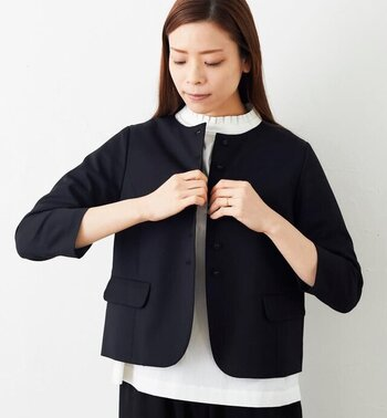 ボディラインにメリハリがあるストレートタイプは、デコラティブなデザインよりもシンプルで洗練された装いが得意。ジャケットやシャツのようなかっちりしたアイテムもかっこよく着こなせます。