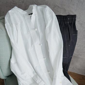 シンプルコーデにひと癖。「チャイナ羽織り」のコーデ集