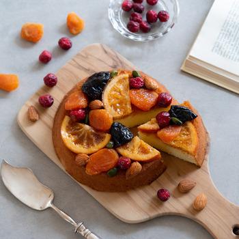 アフタヌーンティーの乾杯ドリンクとしてシャンパンが人気のように、アルコールとアフタヌーンティーはよく合います。ブランデーが染み込んだしっとりとしたケーキにたっぷりの色とりどりのフルーツ。目も舌も楽しめる大人の味わいケーキは、日が経つにつれてよりおいしくなるので、数日前に作って置けば、当日、ほかのケーキを作れてより華やかなティータイムを演出できそう。
