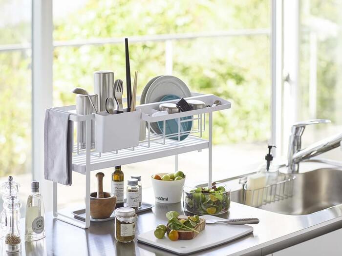 入れる食器が少ない時は、上段にトレーを取り付けて1段にしても◎下の空いたスペースは、調味料を置いたり調理の際に食材を置いたりして有効活用できます。