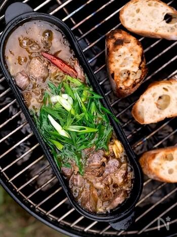 もつが苦手な人にもおすすのアヒージョ。オイル煮にすることで柔らかく仕上がり、食べやすくなります。コリコリを食感も楽しみながら、お酒もすすむこと間違いなしですね。