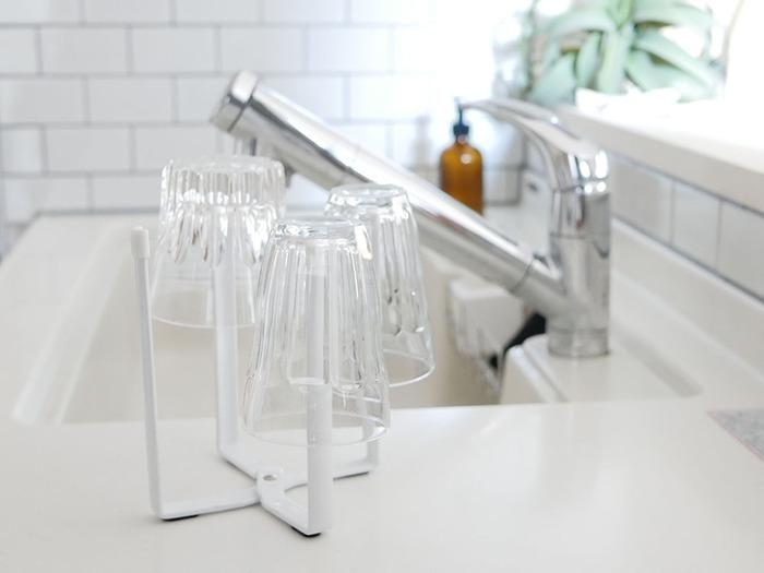 4本の柱に色々なものを引っ掛けて使えるスタンドです。グラスやペットボトルは、浮かせることで中まで素早く乾かせます。小さめのまな板や鍋蓋など、置き場所に困りがちなアイテムも置けて便利!