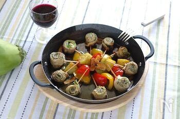 豚肉と野菜をくるくる巻くだけでできる簡単アヒージョ。野菜にも豚肉の旨味が染みこみ、一緒に食べることでさらに美味しさが増してくれます。お肉で作るアヒージョもやみつきになりますよ。