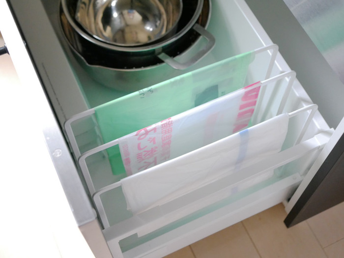 種類別にゴミ袋を収納するのにもぴったりです。シンク下にちょうど収まると気持ち良い♪一目で分かって取り出しやすい収納になりますね。