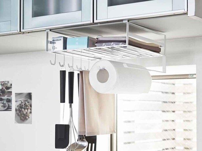 こちらは、戸棚の下に差し込んで使えるラックです。キッチンペーパー、ラップ、布巾、調理器具などをひとまとめに収納できる優れもの。ごちゃつきがちなアイテムを、このラックですっきりさせましょう♪