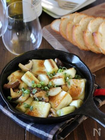 おでん出汁を使った変わり種のアヒージョ。はんぺんと野菜に出汁が染み込んで、旨味たっぷりに仕上がっています。おでんが余った時のリメイクレシピとしても最適ですよ。