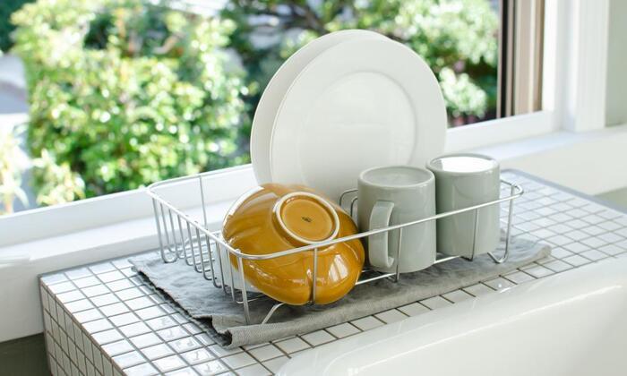 1~2人分の食器を納めるのにちょうど良い水切りバットです。高さが8.5cmと低めで、圧迫感を与えないのが嬉しい。底に敷くのはトレーではなくリネンランナー。こまめに洗えてすぐ乾き、雑菌が繁殖しづらいのがメリットです。