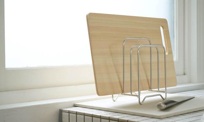 出しっ放しでも様になるまな板スタンド。サイズの異なるまな板を、最大で3枚収納できます。まな板をしっかり浮かせてしまえるため、衛生面も◎大きめのまな板を置いても安定感がありますよ。