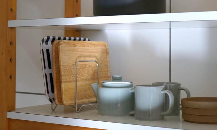 トレーや鍋敷きを収納するのもおすすめ!見える所に置いていても、カフェのようで素敵ですね♪出し入れがスムーズにできるのでストレスフリー。