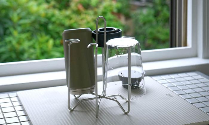 コップや水筒を掛けておくと、中までしっかり乾かせる便利アイテム。深さ約16cmまでのコップやボトルに対応しています。先端がくるっと丸まっているのは、食器を傷付けないための工夫。中心には持ち手が付いており、コップなどを掛けたままでも持ち運びやすい♪