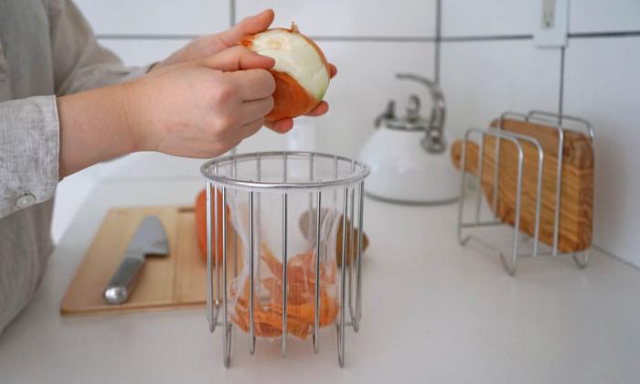 調理する時だけ台の上に置いて使うのもありですね。生ゴミを溜めずにその都度捨てると、雑菌や臭いが出にくくて清潔。バスケットの汚れが気になる時は、中性洗剤でさっと洗えばOKなのでお手入れ楽々♪