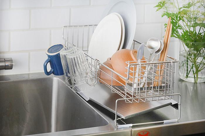 狭いキッチンだけれど、水切りかごを諦めたくない!そんな方におすすめなのがこちら。奥行き20cmの長方形で、シンクの脇に納めやすいサイズです。水受けトレーはシンクに向けて傾いているため、水がスムーズに流れます。幅47cmと55cmの2種類あり、家族の人数に合わせて選ぶと◎