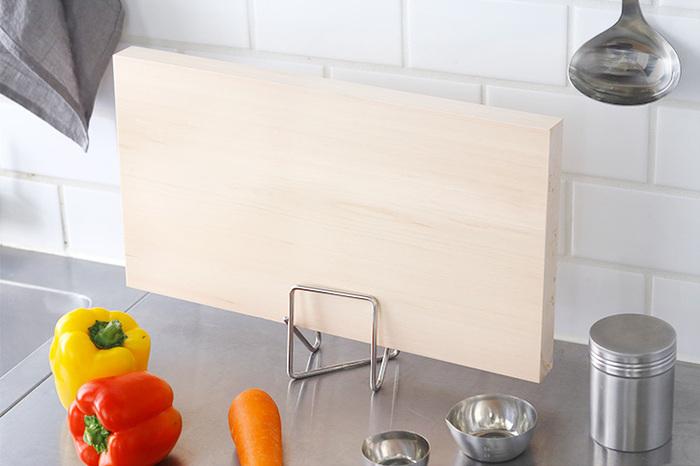 スタンドが目立たず、さりげなく置けるのがGood!こんなに小さくて支えられるの?と思うかもしれませんが、まな板を斜めに立てられるつくりで安定感抜群◎シート状のまな板も、3.5cmまでの厚いまな板も収納できます。