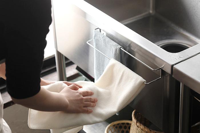 こちらは、マグネットまたはネジで固定できる「壁付け」タイプ。幅は33cmあり、2枚の布巾が触れることなく掛けられます。手拭きタオルと布巾を一緒に掛ける、という使い方もおすすめ。