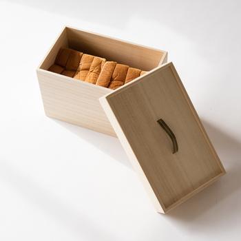 古くから米びつとして使われてきた桐箱は、パンの保存にもとても適しているということで作られたパン用の保存箱。桐の持つ調湿効果によってカビを防ぎ、買ったときの美味しい状態を保つことができます。