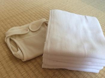 布おむつは、使う時には布おむつ+おむつカバーの二つをセットにして使います。 布おむつと一言で言っても、素材、形など、種類は様々。一般的に布おむつは30枚程度用意しておくと安心とされていますが、最初はどれが使いやすいか、お子様にあっているか分からないと思うので、数種類試してみるのも良いかもしれませんね。
