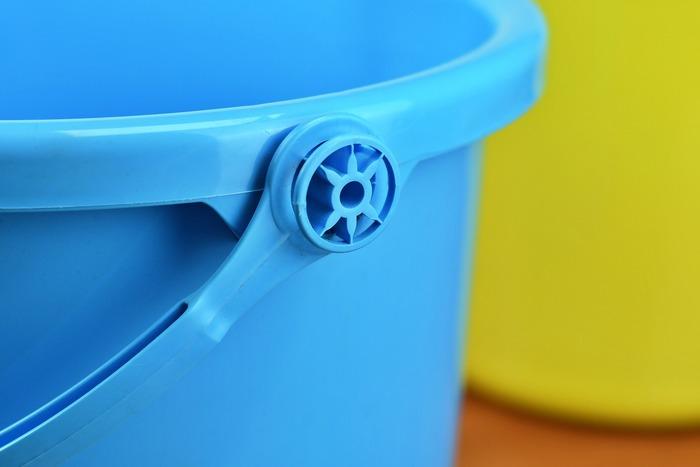 おしっこの場合には、予洗いというよりは、洗い流すイメージ。バケツに張った水の中で雑巾を洗うように洗ってもOKですし、シャワーで流してもOKです。