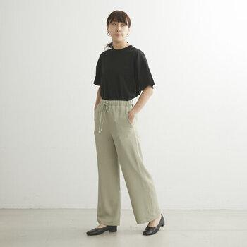 無地の黒Tシャツを、グレーのイージーパンツにタックインした着こなしです。ウエスト周りをスッキリ見せることで、ラフさを抑えているのがポイント。足元は黒のパンプスで、上品さをプラス。