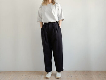 グレーの無地Tシャツを、ネイビーのワイドパンツにタックイン。ワイドシルエットのパンツにTシャツをタックインすると、メリハリ感がアップしてシンプルアイテムをスマートに着こなすことができますよ♪