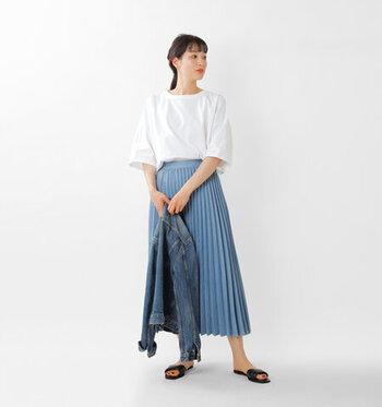 白の無地Tシャツに、ブルーのプリーツスカートを合わせたコーディネートです。Tシャツをゆるくタックインして、スタイルアップ。肌寒い日にはライトブルーのGジャンをプラスして、爽やかな大人カジュアルコーデを楽しむのもおすすめです。