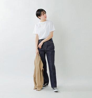 ベーシックな白のパックTシャツを、デニムパンツにタックイン。センタープレス入りのデニムをチョイスしてきちんと感を演出しています。ネックレスで、シンプルコーデにさりげないアクセントを。肌寒さを感じる日には、羽織りで雰囲気を変えるのもいいですね。