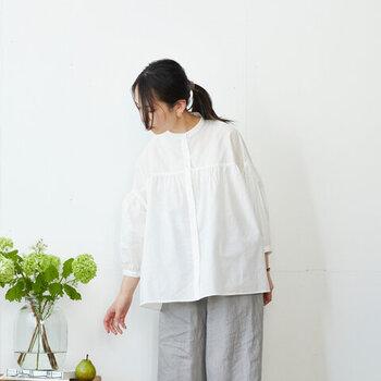 ふっくらとしたボリュームスリーブが、トレンド感たっぷりな白ブラウスです。コットンリネン素材で程よい透け感があるので、これからの季節に大活躍してくれます。ナチュラルにもフェミニンにも、さまざまな着こなしが楽しめますよ♪
