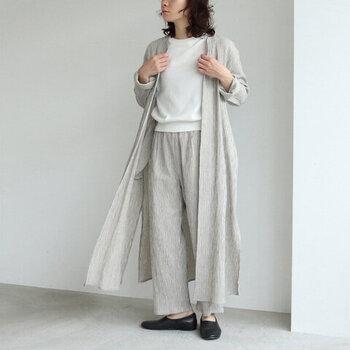 シワ感が特徴的な、コットンリネンの楊柳素材で作ったロングコートです。程よい薄さと丈感で春夏の羽織りにもぴったり。フロントに留め具がないデザインなので、さらっとコーデにプラスできるのが魅力的。カラーはキナリとベージュの2色展開です。