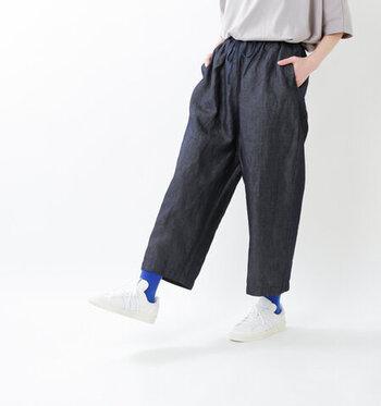 コットンリネン素材を使用した、ワイドシルエットのデニムパンツです。ウエストにはゴムと紐をあしらい、イージーパンツ感覚で着用できます。サラッと穿けるデニムパンツは、ワンピースなどのレイヤードにもぴったり。着まわしの幅が広がります。