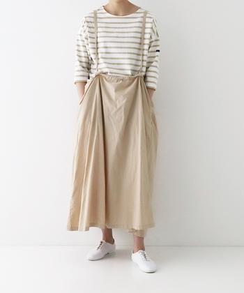 スッキリとしたシンプルなデザインのジャンパースカート。コットンリネン素材は、デニムなどのジャンパースカートよりもナチュラルな印象で着こなせます。バックスタイルは中心を釣り上げているようなシルエットになり、さりげなく個性を演出。カラーはローズ・ブラウン・ベージュの3色展開です。