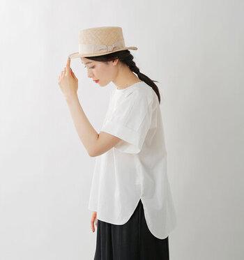 コットンリネンのタイプライター生地を使用し、柔らかな肌触りながらもハリ感のある素材に仕上げた半袖のブラウス。前後の丈に差があるので、着るだけでこなれ感を演出できます。サイドスリット入りで、フロントのみのタックインも手軽にキマるのが魅力。カラーはホワイト・ベージュ・ネイビーの3色展開です。