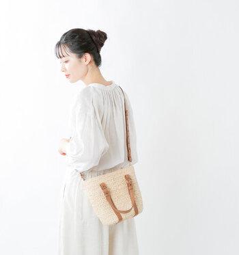 ラフィア×レザー素材を組み合わせた、程よいサイズ感のショルダーバッグです。中身が見えないよう巾着型の員バッグも付属しているので、荷物をたっぷりと収納できます。