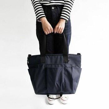 大きめなサイズ感のトートバッグは、通勤や通学で荷物が多くなりがちな方におすすめのアイテムです。2段のポケットがついているので、収納力も抜群。下段のポケットには、ペットボトルなどの厚みのあるものも収まります。