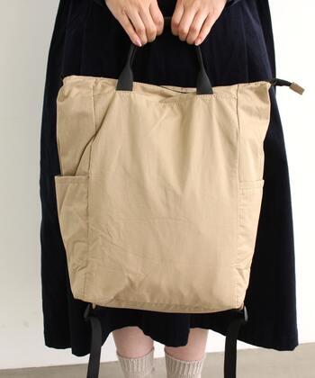 持ち方を変えれば、トートバッグとしての使用もOK。カラー展開も6色と豊富で、お揃いアイテムにしてもぴったりですね。