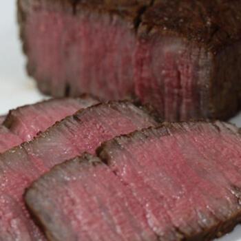 下準備の微調整が必要なローストビーフは、ゆっくりと作業できるおうち燻製がよいでしょう。ポイントは、焼く、煮る、スモークを短時間ですませ味をしみこませていくこと。香りと味のコクがマッチしていておいしいです。おもてなし料理にもおすすめ。