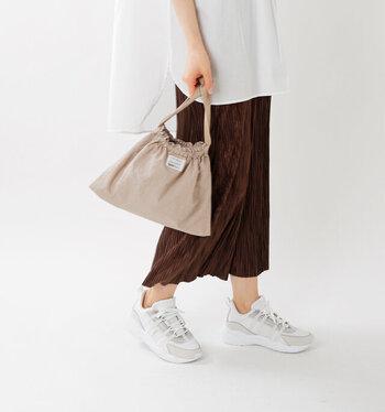 紐の部分を調節すれば、巾着のようにしてハンドバッグ感覚で使うことも可能。アイディア次第でさまざまな持ち方が楽しめるバッグです。