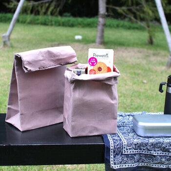 アメリカの映画に出てきそうな、紙袋のようなランチバッグです。国産のキャンバス地を使用しているので、紙よりも丈夫で何度も使用できます。MとLの2サイズがあるので、入れるお弁当箱のサイズや用途に合わせて選べるのも嬉しいポイントです。