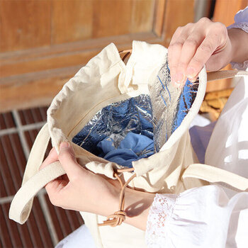 内蓋で冷気を逃すつくりになっており、その内蓋の上に小さな財布や鍵などを乗せることも可能。荷物が少ない方なら、これひとつでお弁当も小物も持ち歩きができちゃいますよ。
