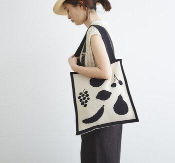 白黒の綿糸で丁寧に編まれたニットトートバッグ。編むことで模られるフルーツの形がかわいらしく、生地とともに温かみがあります。表と裏では反転の配色になっているので、気分によって使い分けを楽しむことも◎