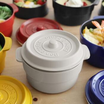 両手鍋のココットをミニサイズにしたかのような、キュートなデザインのお弁当箱です。ラウンドタイプで、見た目がとってもおしゃれ。毎日のお弁当にはもちろん、ピクニックなどのシーンでも活躍してくれそうですね。