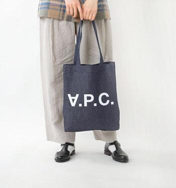 シンプルな「A.P.C.(アー・ペー・セー)」のロゴに落ち着いたインディゴカラーのトートバッグ。程よい厚みの生地で、カジュアルになりすぎず使いやすさも抜群です。
