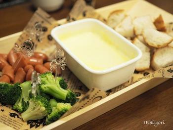 お家で本場スイスのように本格的に作ることもできますが、ホットプレートを使って具材を焼きながら作ったり、ミックスチーズと牛乳などを混ぜて簡単に作る方法も!以下では、チーズフォンデュによく使われるおすすめの具材やチーズ、レシピなどをご紹介していきます♪