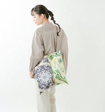 スカーフブランド「manipuri(マニプリ)」の柄の異なる2つのスカーフを張り合わせた、上品なトートバッグ。持ち手は細い牛革でショルダーバッグとしても使える長さ。女性らしくおしゃれなバッグは、コーデの主役としておすすめです。