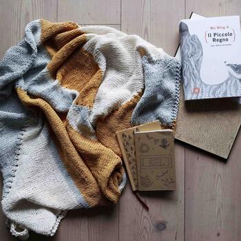 ニットは裏面と表面で表情が違います。セーターなどは裏面が見えませんが、マフラーは両面見えるもの。そんなマフラーが両面美しく見える編み方を紹介しているのが『裏も楽しい手編みのマフラー』です。  「こんな編み方あったんだ!」と目からウロコの編み方が豊富に載っています。中にはかなり複雑な図案もありますが、眺めるだけでも楽しい一冊。