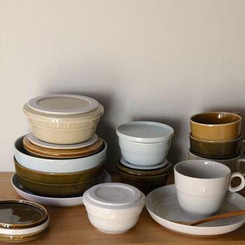 私たちが日常的に使ううつわといえば「陶磁器」が代表的ですよね。この陶磁器の原料「陶土」「陶石」は、地球が生み出した限りある資源です。この天然資源を大切に使うために生み出されたのが、「TRIP WARE(トリップウェア)」という美濃焼のエコ食器シリーズ。  「使われた後に廃棄処分となった食器を回収し、細かく粉砕。それらを新しい陶土に20%混ぜて新たな形のうつわを成形・焼き上げる」ことで蘇らせることができる『陶磁器のリサイクルシステム』を、美濃焼産地の有志企業が生み出しました。