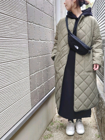 また今シーズンは、ダウンジャケットよりも軽い印象のキルティングコートも新鮮です。ほどよくカジュアルダウンさせるなど、着こなしを工夫することで、一歩間違えると手抜きコーデに見えたり、だらしなく見えてしまうキルティングコートも今年らしく素敵にコーデすることができます。