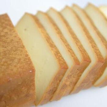 豆腐を燻製にすると香り豊かでチーズのような濃厚な味わいがします。こちらはみそ漬けにしてさらに味わい深くしたレシピです。木綿の方が扱いやすいですが、絹ごしも作ってみると食感の違いを楽しめます。水抜きや漬け込みの工程、熟成の時間がかかりますが、スモークはわずか10分。おうちで作るのにおすすめですよ。